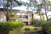 校舎と前庭
