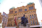 ヴィクトリア女王の像とビル